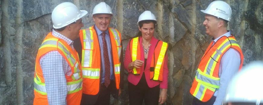 Pierre Zundel avec la ministre des Sciences, Kirsty Duncan, lors de la visite le Centre de recherche, d'innovation et de génie Cliff Fielding